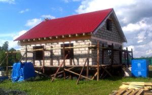 Дом из пенобетона с двускатной крышей